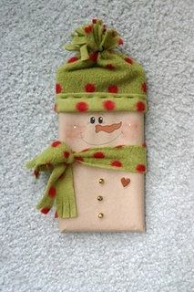 This is a cute Christmas craft / gift idea using a Hershey bar.  It woud make a great item to sell at a craft fair.