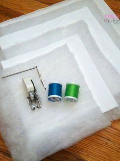 """3 aros de madeira mão-de bordar: 6 """", 8"""", 10 """" Dois 12 """"pedaços quadrados de tecido branco, de algodão ou de casimira funciona muito bem Dois 10 """"pedaços quadrados de tecido branco Dois 8 """"pedaços quadrados de tecido branco Um 12 """"pedaço quadrado de rebatidas One 10 """"pedaço quadrado de rebatidas Um 8 """"pedaço quadrado de rebatidas Linha verde Neon Linha azul brilhante Máquina de costura com caminhadas pé e guia Pins, tesoura, cortador rotativo, esteira, etc."""
