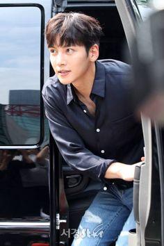 지창욱, 잘생김 장착하고 차에서 하차! (유스케 출근길) :: 네이버 TV연예