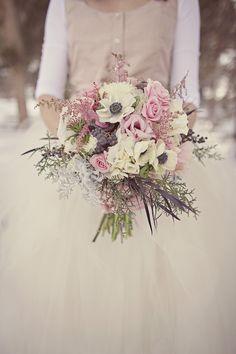 Baies, anémones, hortensias, roses et cinéraire au feuillage argenté pour ce joli bouquet d'hiver plein de douceur.