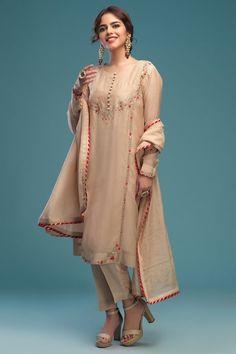 Shadi Dresses, Pakistani Formal Dresses, Pakistani Wedding Outfits, Pakistani Fashion Casual, Pakistani Dress Design, Indian Fashion, Pakistani Suits, Punjabi Suits, Fashion Fashion