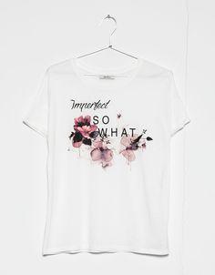 'T-shirt Bershka estampado.imperfect/shoppin.'. Descubra esta e muitas outras roupas na Bershka com novos artigos cada semana