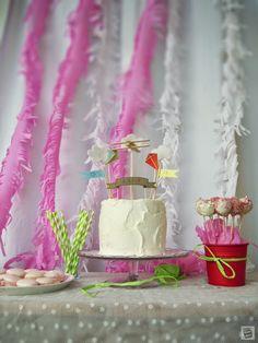 Słodki stół: tort, cake pops i macarons. Urodziny w Chmurkach