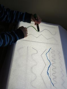 light table line tracing --- and everything tracing. great idea for bray. Using the light table Reggio Emilia, Diy Light Table, Licht Box, Light Board, Light Panel, Sensory Table, Pre Writing, Preschool Activities, Teach Preschool