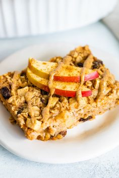 Slice of apple cinnamon baked oatmeal on a plate and drizzled with nut butter and topped with apple slices. Amish Baked Oatmeal, Baked Oatmeal Recipes, Apple Oatmeal, Best Oatmeal, Oatmeal Cake, Baked Oats, Fall Breakfast, Breakfast Recipes, Breakfast Ideas