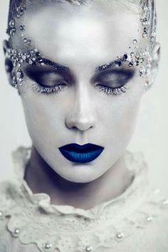 halloween ideas-porcelain-skin-effect-cobalt-blue-lip-ice-queen - Schminken - Makeup Halloween Makeup Anleitung, Ice Queen Makeup, Ice Princess Makeup, Fantasy Make Up, Fantasy Hair, Dark Fantasy, Winter Fairy, Make Up Art, Maquillage Halloween
