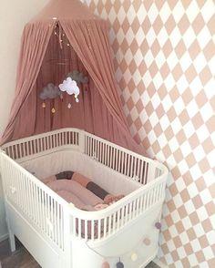Veloverstået lægebesøg - jeg er en lykkelig gravid pige E blev skønnet til ca 2300 gram, og jeg har selv KUN taget 5kg på (kun 7 uger til termin)! Jeg er SÅ stolt af mig selv! Det blev fejret med at pusle lidt på E's værelse, hvor blandt andet sengen blev gjort klar, med den nye fine sengerand fra @kongessloejd, som vi modtog fra @lillefigarodk i sidste uge! #lillefigarodk #babyværelse
