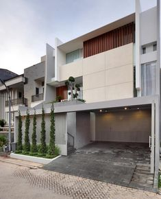 Image 1 of 23 from gallery of Leo House / Edha Architects. Photograph by Fernando Gomulya – Tectography Cladding Design, Facade Design, Exterior Design, Small House Design, Modern House Design, Residential Architecture, Interior Architecture, Feng Shui, Halls