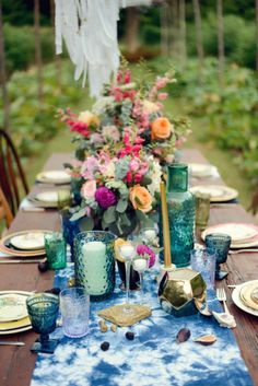 Collect vintage colored glassware to set an amazing bohemian table! Photobooth Ideas, Boho Kitchen, Wedding Table Settings, Wedding Tables, Dinner Table Settings, Setting Table, Reception Table, Place Settings, Wedding Reception