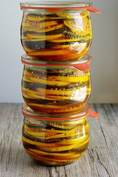 Layer zucchini sweet and sour in glass - food - Salat Deco Buffet, Refrigerator Pickles, Party Buffet, Chutneys, Preserving Food, Diy Food, Doritos, Clean Eating, Food And Drink
