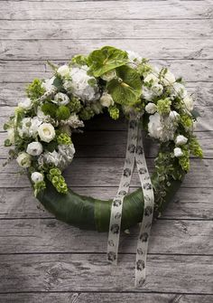 Flower Wreath Funeral, Grave Flowers, Ikebana, Floral Wreath, Projects To Try, Wreaths, Large Flower Arrangements, Centerpieces, Mesas