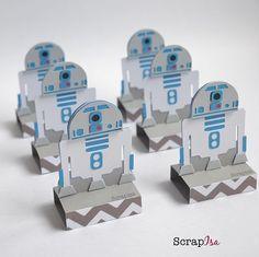 Fechando o kit Star Wars, fiz o querido R2D2 porta bis. Meu trabalho é 100% artesanal. Colei cada parte desse robozinho. Trabalho com dedicação e muito amor. #festastarwars #starwars #r2d2 #scrapisa #scrapfesta #scrapbook #ideiascriativas #encontrandoideas #festejarcomamor #silhouetteamerica #silhouettebrasil #robot