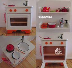 Wir sind sicher nicht die Ersten, die aus einem alten Nachtschränkchen mit viel Liebe und Aufwand ein Kinderküche gebaut haben. Ich hab mi...