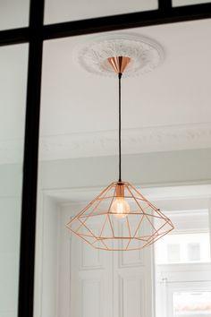 Las lámparas son grandes y refuerzan la importancia del techo como espacio.
