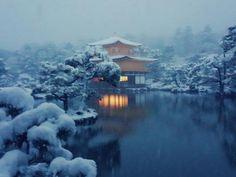 Kuil Kinkakuji di musim salju