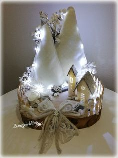Shabby Christmas village on a wooden base with lights - number cakes - Ghirlanda Christmas Swags, Christmas Villages, Felt Christmas, Rustic Christmas, Simple Christmas, Christmas Holidays, Pallet Christmas, Shabby Chic Christmas Decorations, Christmas Centerpieces