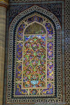 Süleymaniye camii kıble duvarında müzeyyen pencere.