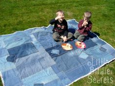 4 part series for a denim picnic blanket with snap on table cloth for the wet areas you may encounter... I sooo need one of these. I just dont have that much denim just layin around.