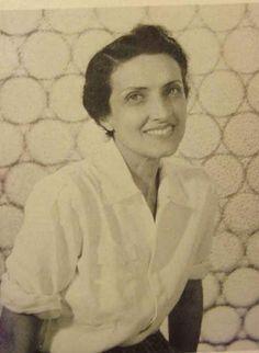 (1901-1964) Foi poetisa, pintora, professora e jornalista brasileira. É considerada umas das maiores escritoras brasileiras. É considerada uma das vozes líricas mais importantes das literaturas de língua portuguesa. Foi uma das responsáveis por fundar a primeira biblioteca infantil do Brasil. ―Cecília Meireles