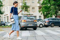 Para as fashionistas de plantão, os looks modernos com Tênis continuam em alta! O sucesso da produção fica por conta da mistura de peças mais sofistic...