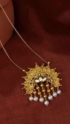 Radiating floral pendant with pearl tassels Jewelry Design Earrings, Gold Earrings Designs, Gold Jewellery Design, Gold Jewelry Simple, Stylish Jewelry, Fashion Jewelry, Hijab Bride, Wedding Hijab, Wedding Dresses
