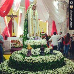 Y tú cómo celebras el #MesDeMaria?  Esta hermosa imagen nos llega de Venezuela #Repost @abunageorges with @repostapp ・・・ Virgen de Fatima , Ruega por Vzla . (Hermoso Arreglo Floral a la Virgen , elaborado por las feligresía de funda cagua , iglesia ntra Sra de Fatima ). Dios los bendiga.