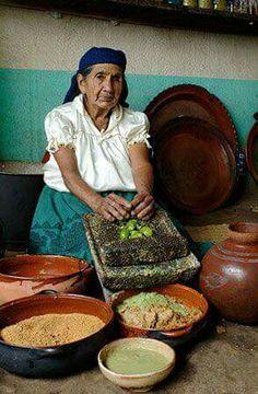 Cocina tradicional mexicana. Vasijas de barro y metate de piedra volcánica.