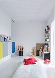 Toinen talon makuuhuoneista on vierashuoneena. Värikaapisto on Handy Handin tekemä, sävyt on valittu Tikkurilan värikartasta. Pikku flyygeli on ostettu kirpputorilta.
