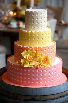 Gepunktete Hochzeitstorte in Rosé, Orange und Gelb