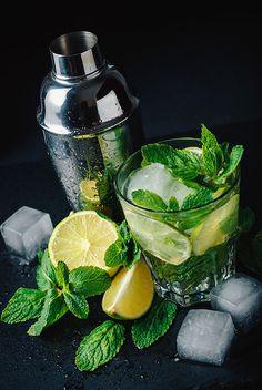 Еженедельный конкурс фуд-фото Cocktail Drinks, Fun Drinks, Healthy Drinks, Cocktail Recipes, Cocktail Photography, Fruit Photography, Food Graphic Design, Drink Photo, Drinks Alcohol Recipes