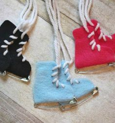 These will make cute gift toppers // DIY Safety Pin Ice Skates - Repeat Crafter Me Felt Crafts, Crafts For Kids, Arts And Crafts, Cute Diy Projects, Craft Projects, Glace Diy, Noel Christmas, Christmas Ornaments, White Christmas