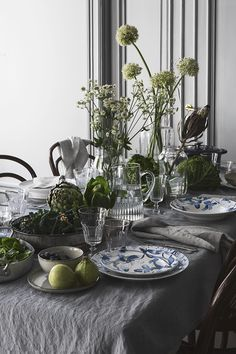 tisch dekoration Table styling with grasses Wedding Table Decorations, Decoration Table, Table Flag, Estilo Interior, Table Setting Inspiration, Christmas Table Settings, Outdoor Table Settings, Table Flowers, Deco Table