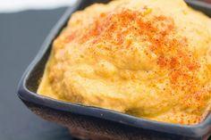 Hoy presentamos una nueva idea para nuestra recopilación de mayonesas vegetales 100% veganas, en esta oportunidad les enseñaremos a preparar paso a paso una exquisita mayonesa de zanahoria, la cual podremos utilizar como salsa en las recetas que se nos antojen. Esta preparación es realmente súper sencilla y el resultado es realmente exquisito. Ingredientes 2 Zanahorias Cocidas 1 Papa Cocida Perejil Picado Jugo de 1/2 Limón Sal a Gusto Aceite Preparación Comenzaremos esta exquisita y senc...