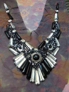 Plastron en broderies de perles synthétiques,et de rocailles et sequins argentés/noirs