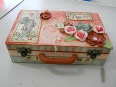 maleta de mdf decorada com papel importado para scrapbook, flores artesanais feitas  a mão. R$ 130,00