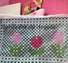 Boa noite ,   hoje finalmente terminei uma toalhinha de bandeja ,   amo tulipas ,   fiz a foto com o contorno e sem ,   o que...