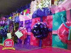 Envolvemos ese #RegaloIdeal en las más lindas bolsas de regalo, papel, cajas, o baldes. ¿Qué esperas? ¡Visítanos!