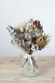 Deko Favorit The bouquet of dried flowers lets .- Decorative favorite The bouquet of dried flowers lets us crack - Dried Flower Arrangements, Flower Vases, Wedding Bouquets, Wedding Flowers, Fleurs Diy, Dried Flower Bouquet, Deco Floral, How To Preserve Flowers, Green Flowers