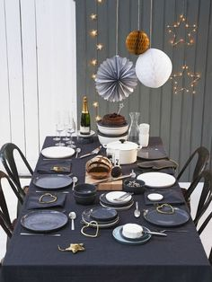 8 Table setting ideas for New Year's Eve (Daily Dream Decor) Deco Buffet, Deco Table Noel, Christmas Table Settings, Christmas Decorations, Holiday Decor, Party Table Decorations, Decoration Table, Wrapping Ideas, New Years Eve Party