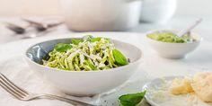 Lyst på en skikkelig digg vegetarrett med avokado? Oppskrift på pasta med kremet avokado-pesto. Pesto, Main Meals, Spaghetti, Food And Drink, Rice, Vegan, Cooking, Ethnic Recipes, Drinks