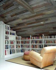 屋根裏空間を利用したプライベートな読書室には、ゆったりした一人用のソファとオットマンがお似合い。本棚スペースがかなりの重量になるので、プロにしっかり構造補強をしてもらいましょう。