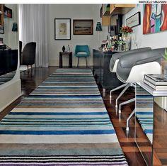 Uma extensa passadeira pode conectar dois ambientes, como o hall de entrada e a sala de estar.