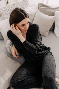 Am Modeblog stelle ich dir schöne Loungewear für zu Hause vor. Tolle stay-at-home Looks, wo Athleisure auf Eleganz trifft. www.whoismocca.com Casual Chic, Trends, Stay At Home, Home Look, Elegant, Loungewear, Athleisure, Outfit Of The Day, Beauty