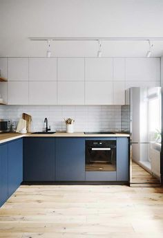 35 The Best Modern Kitchen Cabinets Ideas - If you want to rebuild your kitchen, then you must pay extra attention to the kitchen cabinets. The old kitchen cabinets you had may have gotten out o. Dark Blue Kitchen Cabinets, Dark Blue Kitchens, Contemporary Kitchen Cabinets, Painting Kitchen Cabinets, Kitchen Cabinetry, Modern Kitchen Design, Kitchen Flooring, Dark Flooring, Plywood Kitchen