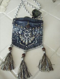 mini jean pocket purse by grace 2019 mini jean pocket purse by grace The post mini jean pocket purse by grace 2019 appeared first on Denim Diy. Artisanats Denim, Denim Purse, Jean Crafts, Denim Crafts, Diy Jeans, Diy Purse With Pockets, Jean Pocket Purse, Botas Boho, Pochette Portable
