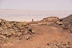 Serabit el-Jadim (en árabe: سرابيط الخادم) «la montaña del sirviente», es una…