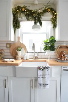 Christmas in our Cozy Home - love the fresh garland in the kitchen window Kitchen Decor Christmas Kitchen, Noel Christmas, Rustic Christmas, Christmas Candles, Minion Christmas, Hygge Christmas, Xmas, Kitchen Design, Kitchen Decor