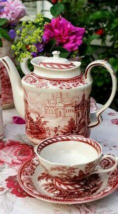 Red and white tea set. Café Vintage, Vintage Dishes, Vintage China, Pause Café, Teapots And Cups, Tea Service, My Cup Of Tea, Chocolate Pots, High Tea