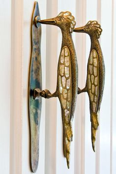 door hardware with wood peckers? Funny if these are the doorknockers! (actually not so funny if you have wood peckers pecking on your wood house, as we have had - bad sign! Door Knobs And Knockers, Knobs And Handles, Door Handles, Door Pulls, Cabinet Handles, Drawer Pulls, Cabinet Hardware, Cool Doors, Unique Doors
