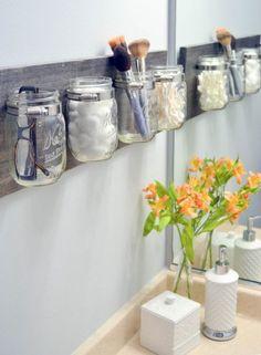 11. Des bocaux en verre pour la salle de bain Créez un joli rangement en accrochant des bocaux en verre sur une planche en bois à l'aide de colliers de serrage. Vous pourrez y insérer toutes vos fournitures de maquillage. Ce rangement peut également se poser dans la cuisine pour les couverts. - Advertisement -
